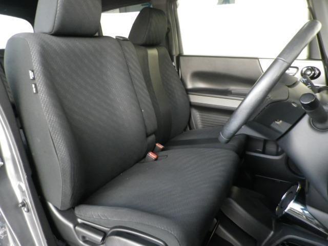 インテリア・シートカラーはブラック基調!ゆったり座れるフロントベンチシートです!
