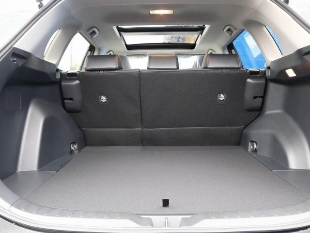 アレンジ多彩。下には車載工具が入っておりますが収納スペースも御座います。