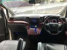 豪華な内装、運転席まわりです。大きなガラスで見通しもよく運転しやすいです。
