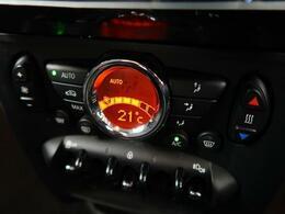 ●オートエアコン:簡単に温度調節を行うことができます。オート機能もありますので、自動で調節を行ってくれるので、運転時の負担を軽減できます。