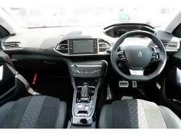 308ROADTRIPはメーターパネルのデジタル化、ROADTRIPnだけのシートデザイン、NEWホイールデザインを採用した特別仕様車です。