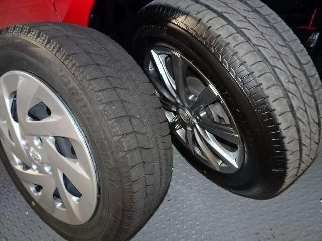 夏タイヤ・スタッドレスタイヤ。 夏タイヤには社外アルミホイールが付いています。