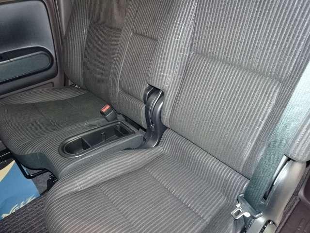 フロントシートは、ベンチタイプで助手席に置いた荷物も取りやすいんです。 センターにあるひじ掛けを倒すとプライベートスペースもしっかり確保!