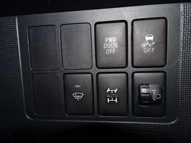 横滑り防止装置のOFFスイッチ・フロントデアイサースイッチはこちら♪ 4WDの切替スイッチもあるので、夏はOFにして燃費も向上!!