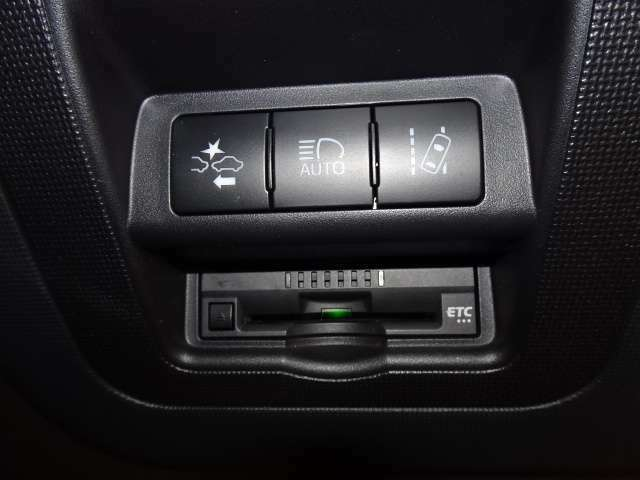 衝突被害軽減ブレーキ&レーンデパーチャ&オートハイビーム機能などの安全装備も充実!!  長距離ドライブの必需品「ETC」も付いています!