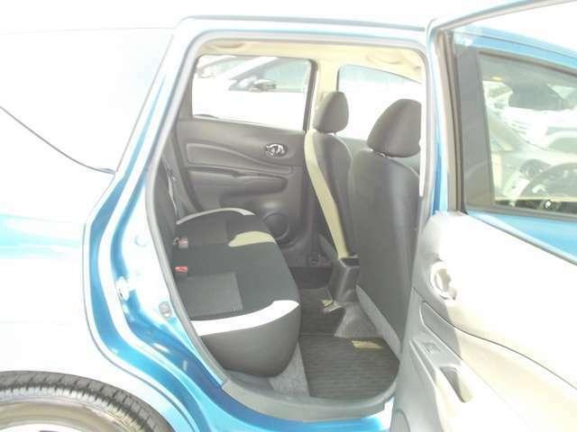 後席はコンパクトカーとは思えないほどの広さを誇っているので背の高い方も足を伸ばして快適に過ごせます。