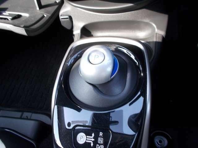 シフトレバーは通常の車とは違うタイプですが、スムーズにシフト操作ができるので運転の楽しみが増えますよ。