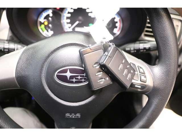 【スマートキー&スタートシステム】携帯したスマートキーを取り出すことなく、フロント・バックドアの施錠・解錠が可能で、ワンプッシュでエンジンがかかります。
