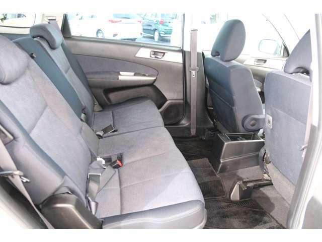 後部座席もゆったりと座れるスペースが確保できます。足元も広々しております。大人数でのお出かけも会話が弾みますね♪