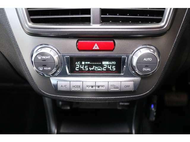 【デュアルオートエアコン】「デュアル」スイッチをONにすることで運転席・助手席それぞれの温度調整が可能です。