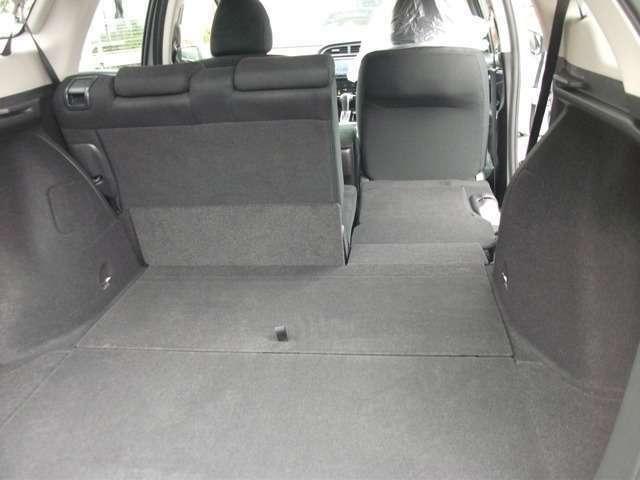後ろ席は左右別々で収納することができます。