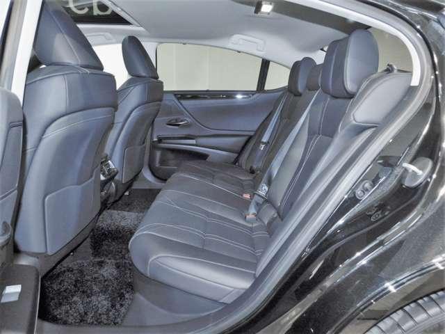 後席は、広い足元の空間による開放感と、包み込まれるような安心感を両立しています。