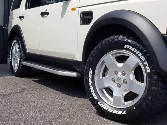新品MONSTA TERRAIN GRIPPER オールテレンタイヤ(ホワイトレター)をセット。