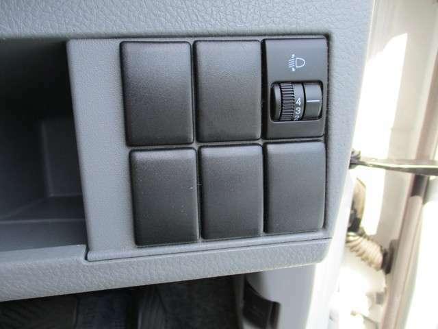 トランクに荷物を積んだ際にヘッドライトの光軸が高くなるのを防ぎます。
