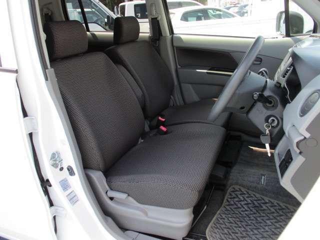 シート色はグレー色です、適度に身体をサポートしてくれる形状のシートでロングドライブでも疲れにくいです。