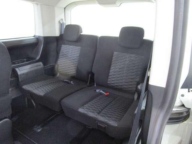 サードシートは5:5分割可倒式 ロングスライド機構付き 跳ね上げ収納で広い荷室を作れます