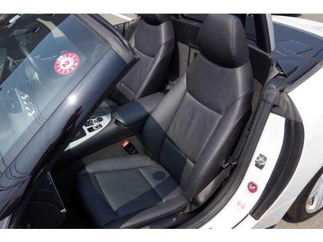 助手席革シート座面・背もたれ・ドア内張り綺麗です。パワーシート付、動作良好です。