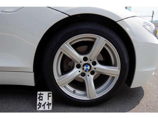 純正17インチアルミホイール:タイヤサイズ225/45R17です。タイヤは、まだまだ使用可能です。