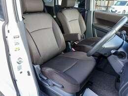 セパレートシートでウォークスルー可能。運転席は肘掛け付きで、高めの座面でゆったり座れます。