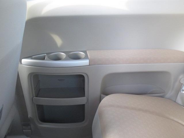 後部座席の収納ポケットも十分にあります。