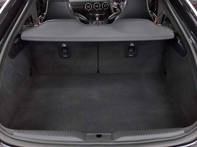 ハッチバックボディがもたらす広大な間口となり、リアシートを倒せばゴルフバック等2~3個積み込み可能となります。