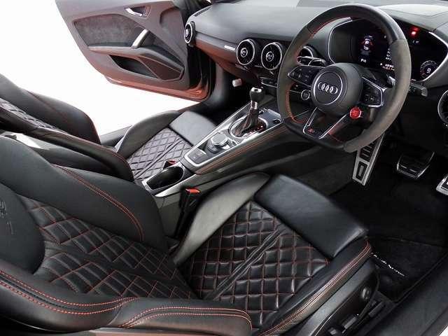 タイトな車内かと思われますが前方は広いため圧迫感を感じにくい車内空間となってます。
