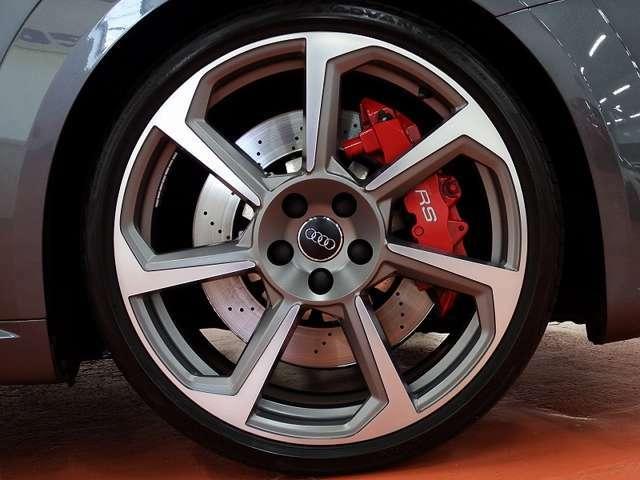 オプションの20インチ7スポーク・ローターデザイン・マットチタニュウム装着で標準車とは違った雰囲気になります。