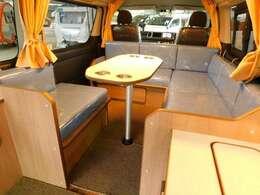 センターテーブルは設置したままでベッド展開可能♪使用しない時はシート下に収納可能です!