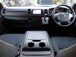 運転席エアバッグ/ABS/キーレス×2/イモビライザー/電動格納式ドアミラー/純正SDナビ/純正ETC/フロントエアコン/純正フロアマットが装備されています。