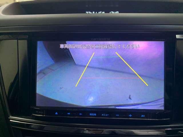 シフトをRに入れるとバックカメラの映像が映し出され、安全に後退することができます!