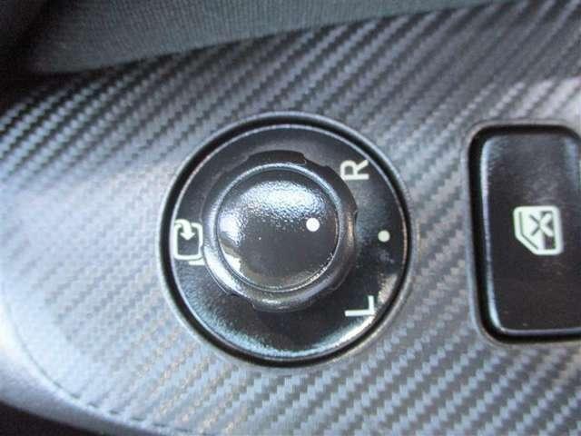 【電動格納式ドアミラー】モーターを可倒式ミラーに組み込み、運転席にあるスイッチでミラーを折りたたむことができます。