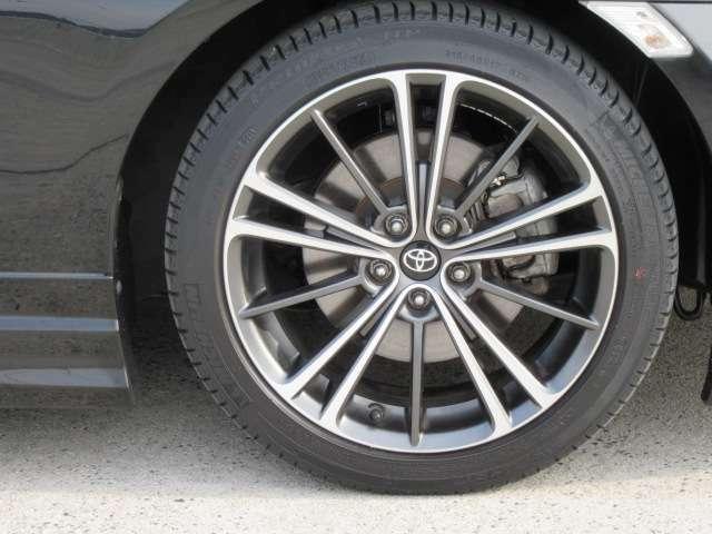 タイヤのサイズは17インチです。純正のアルミホイールがついております。雪道が心配な方はスタッドレスタイヤも販売しておりますのでご相談ください。
