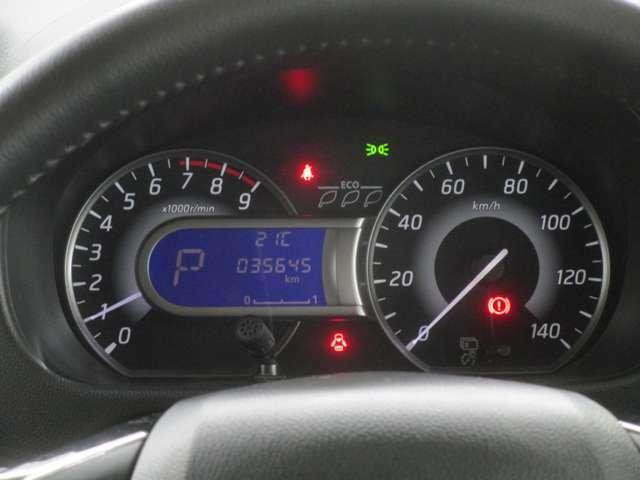 明るくて見やすいハイコントラストメーター。センターの液晶には燃費情報などが表示できます。