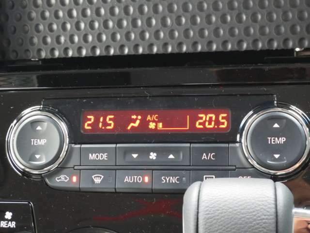 左右独立温度コントロール式オートエアコンが装備されています。