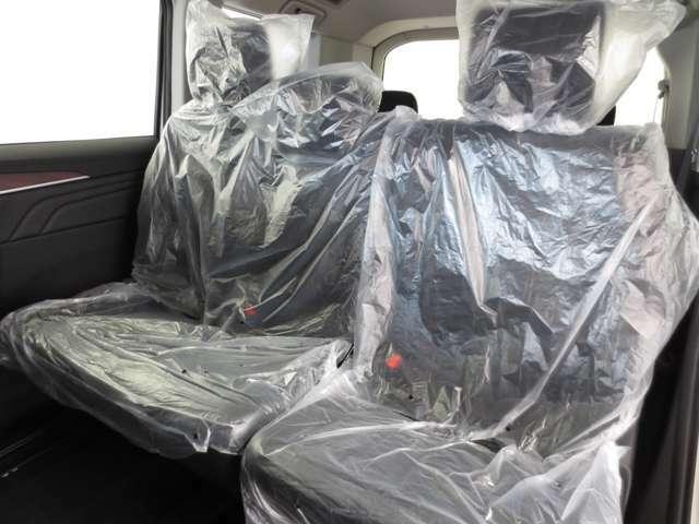 セカンドシートはベンチタイプで乗車定員8人のD:5です。