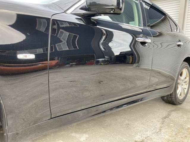 中古車なので外装や内装の細かな傷はございます。直接確認が難しい方はメールにて詳細写真添付可能。ご連絡下さい。サイドステップ下に擦り傷があります。