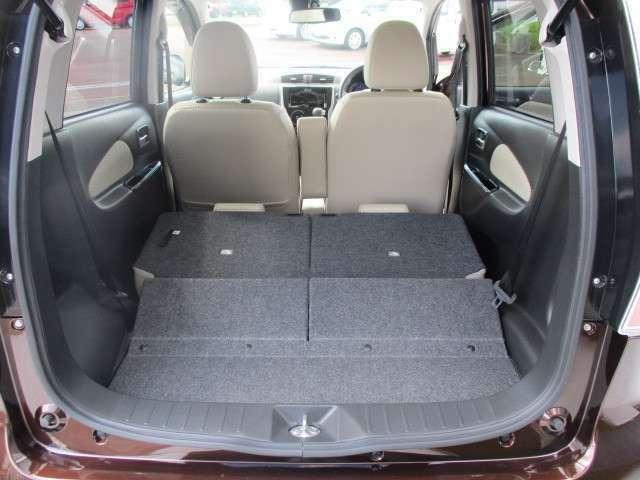 リヤシートを両方倒すとフラットになり大きな荷物も載せられます