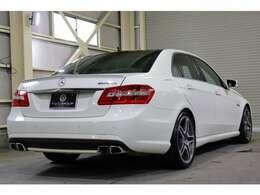 2009年式 E63 AMGが入庫致しました。ボディカラーはカルサイトホワイトを配色!