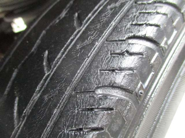 (注)タイヤ溝すくな目です。現状は、スリップライン出ていませんが、お早めに交換をお薦め致します。中古タイヤ・新品タイヤもお安く準備しています。