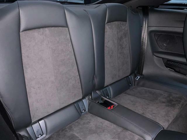 リアシートも足元広々です。アームレスト(ひじ掛け)もございますので、長時間のドライブも快適にお過ごしいただけます。