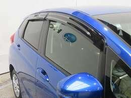 車内の空気の入れ替えに役立つドアバイザー装着済みです