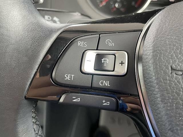 アップグレードPKGでは追従クルーズコントロールが装備されます。前の車両との間隔を一定に保ちながら走行します。