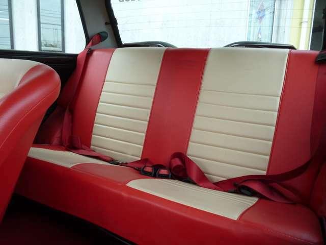 後席もフロント同様の赤×白で統一されています!