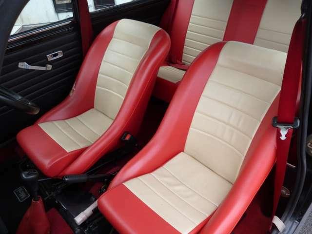 赤×白に張り替えられたバケットシートは程よいホールド感で運転ラクラク!