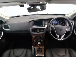 V40CC T5 AWD サマムの人気色オニキスブラックが入庫いたしました!内装には北欧らしいウッドパネルが搭載されております!また、安全装備や追従機能なども標準装備された一台です!