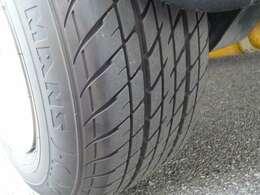 ダンロップ製タイヤは山もしっかりあり安心してお乗りいただけます!