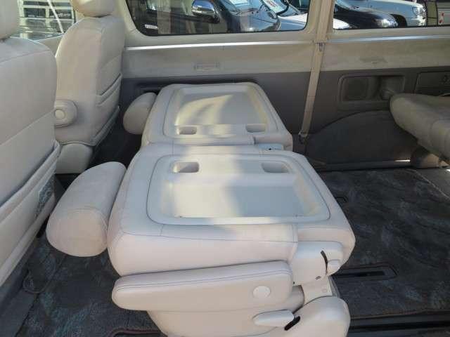 セカンドシートのシートバックはテーブルとしてもお使いいただけます!