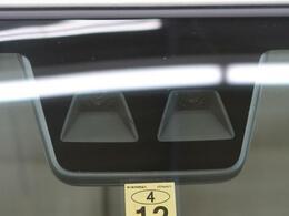 【スマートアシストIII】走行中に前方の車両と歩行者を認識。衝突の危険が高いと判断した場合に警報や緊急ブレーキで衝突回避や衝突時の被害を軽減。さらに車線逸脱警報・前後誤発進抑制機能もセットで装備!
