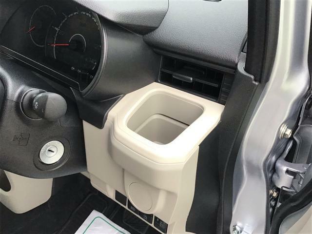 【運転席ドリンクホルダー】 運転席側のドリンクホルダーです。エアコンの風が直接あたりますので、快適温度を出来るだけキープします♪ドリンクを置かない時には、小物入れとしても使えますよ♪