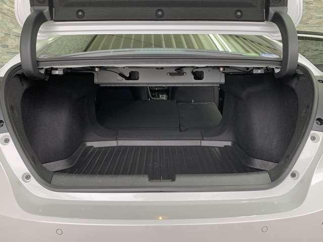 トランクスルー機構付きのリアシートで、シートを倒せば長尺物でも楽に積むことができます。